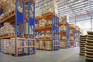 magazzino con scaffali multistrato in una fabbrica
