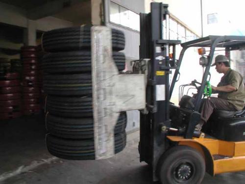 Morsetto per pneumatici con carrello elevatore